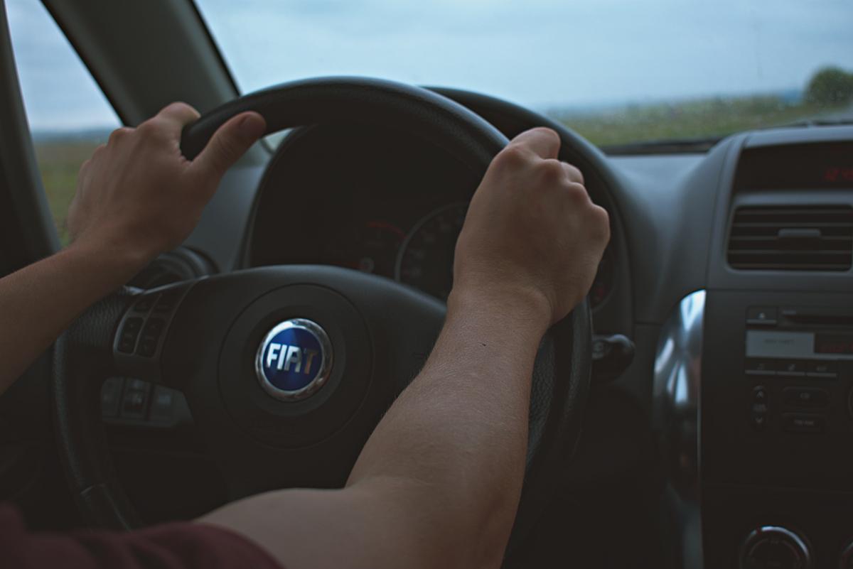 Consejos para agarrar correctamente el volante del coche